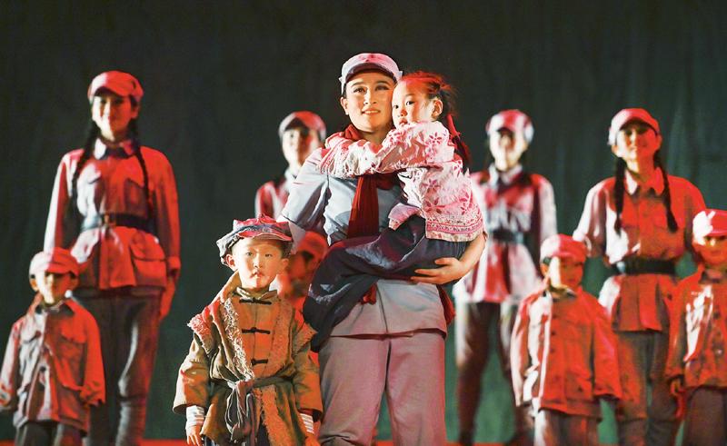2020年11月24日,在陕西省延安市,大型红色历史舞台剧《延安保育院》公演达3800场。作为延安红色旅游新名片,《延安保育院》再现了延安保育院的历史画面,抒发了革命者的大美情怀和革命英雄主义精神。 新华社记者 陶明/摄