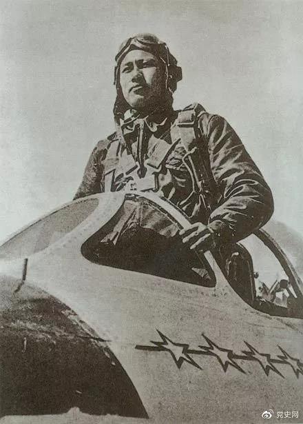 """1952年2月10日,志愿军空军一级战斗英雄张积慧一举击落号称""""空中一霸""""的美国超级王牌飞行员乔治·阿·戴维斯所驾驶的飞机。"""