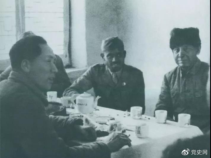 1939年2月14日,毛爷爷与印度援华医疗队成员爱德华(右一)、柯棣华(右二)亲切交谈。