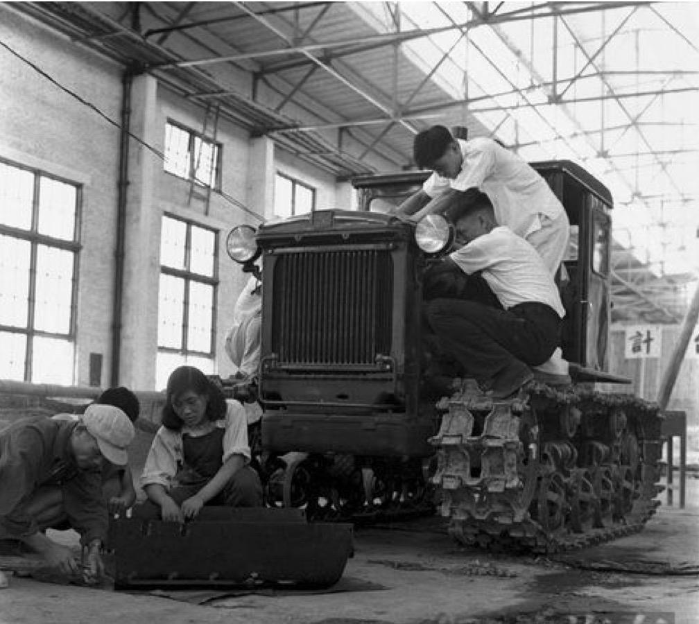 """△第一拖拉机厂土地车间正在装配第一台""""东方红""""拖拉机"""