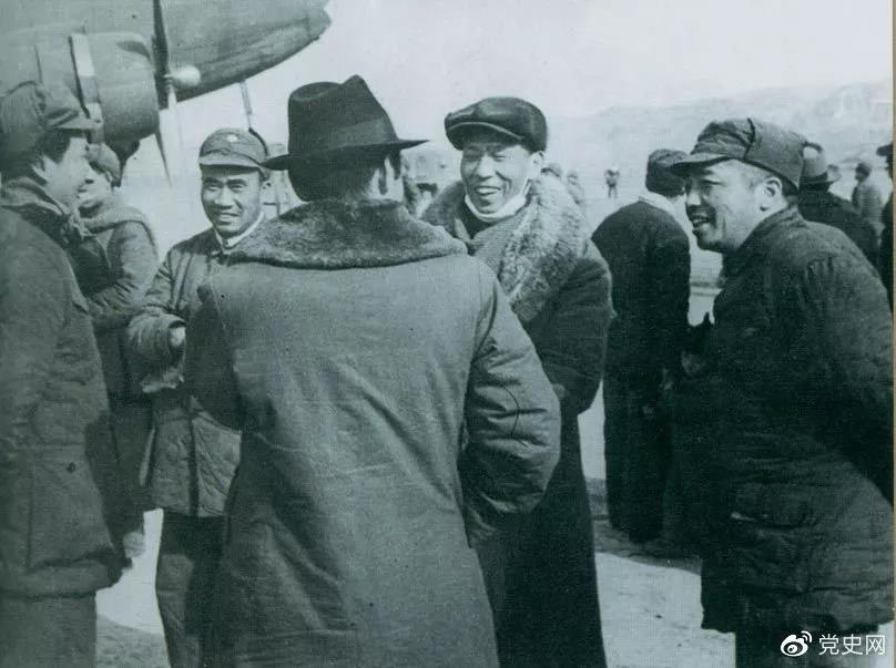 1946年2月19日,毛泽东等在延安机场迎接从重庆回延安汇报工作的周恩来。
