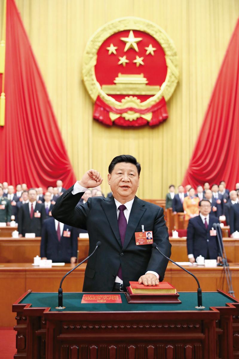 2018年3月17日,十三届全国人大一次会议在北京人民大会堂举行第五次全体会议。习近平当选中华人民共和国主席、中华人民共和国中央军事委员会主席。这是习近平进行宪法宣誓。 新华社记者 鞠鹏/摄