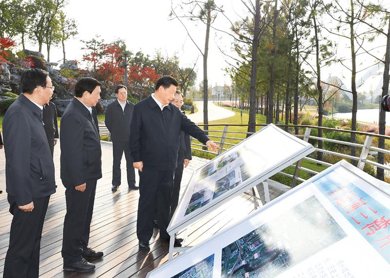 2020年11月12日至13日,中共中央总书记、国家主席、中央军委主席习近平在江苏考察。这是13日下午,习近平在扬州市运河三湾生态文化公园考察,了解运河生态环境保护修复情况。 新华社记者 谢环驰/摄