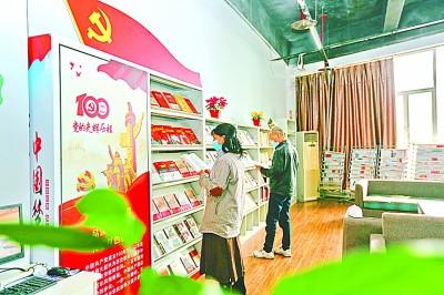 读者在重庆市万盛经济技术开发区图书馆阅读党史党建书籍。王泸州摄/光明图片