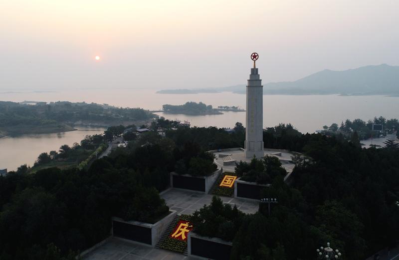 这是2019年10月1日清晨拍摄的河北西柏坡纪念碑(无人机照片)。新华社记者 王晓 摄
