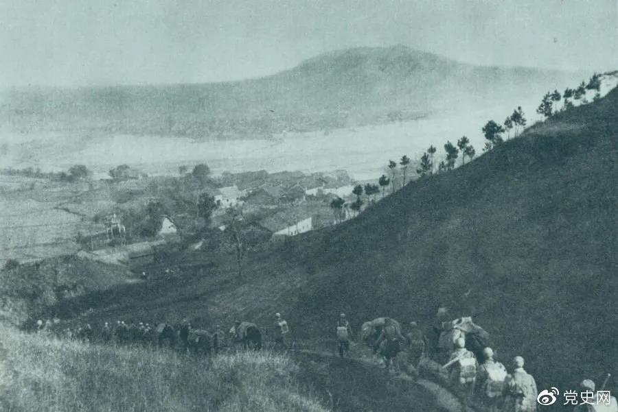 1945年4月6日,太行部队等向白晋、同蒲沿线上的日军展开攻击。这是八路军向祁县开进。