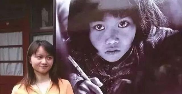 △长大后的苏明娟和自己小时候的照片