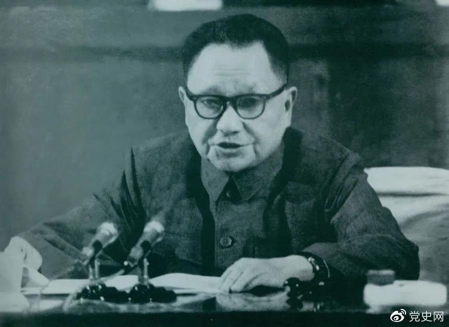 1978年4月22日,邓小平在全国教育工作会议开幕式上讲话。