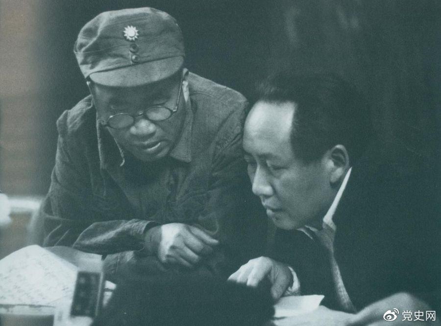 1945年4月,毛泽东和朱德在中国共产党第七次全国代表大会上。
