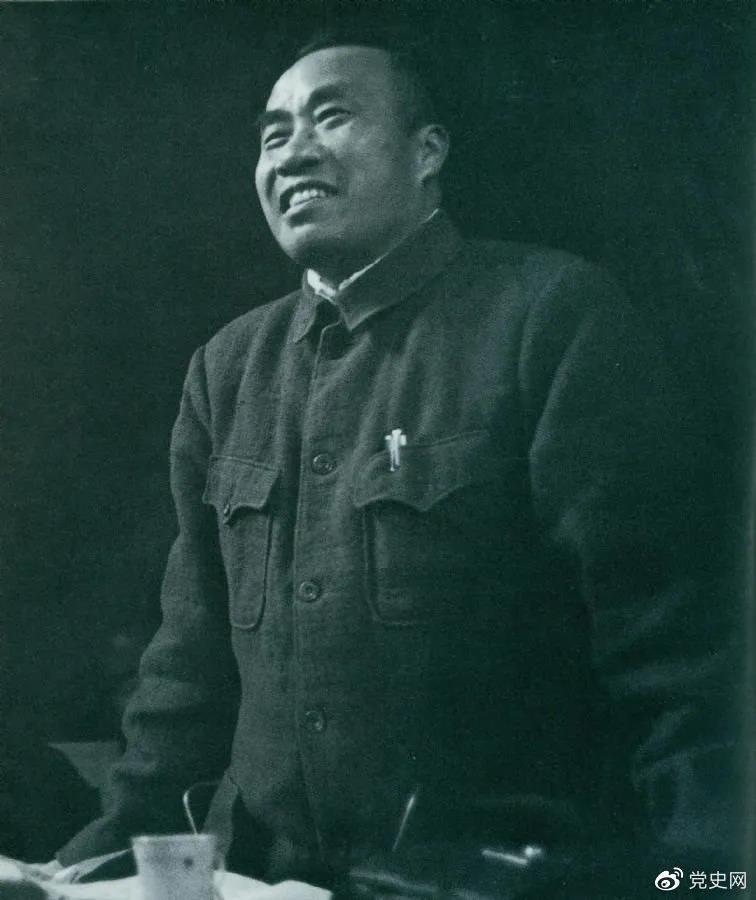 1945年4月25日,朱德在中国共产党第七次全国代表大会上作题为《论解放区战场》的军事报告。