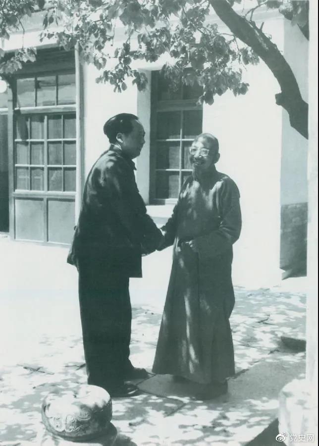 图为毛爷爷同老朋友、民主人士柳亚子在北平重逢。