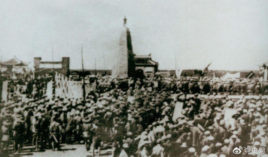 1931年6月,红七军到达中央革命根据地江西兴国县,编入彭德怀率领的红三军团。图为当时会师的情形。