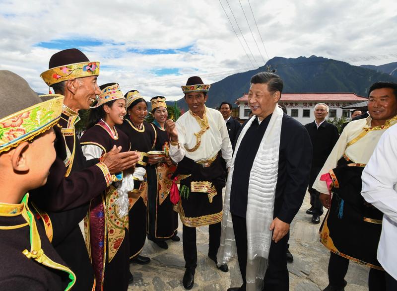 7月21日至23日,中共中央总书记、国家主席、中央军委主席习近平来到西藏,:匚鞑睾推浇夥70周年,看望慰问西藏各族干部群众。这是21日下午,习近平在林芝市巴宜区林芝镇嘎拉村,同村民达瓦坚参一家亲切交流。新华社记者 谢环驰 摄
