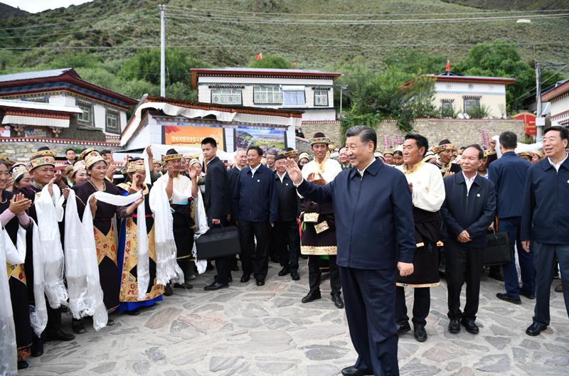 7月21日至23日,中共中央总书记、国家主席、中央军委主席习近平来到西藏,:匚鞑睾推浇夥70周年,看望慰问西藏各族干部群众。这是21日下午,习近平在林芝市巴宜区林芝镇嘎拉村考察时,向村民们挥手致意。新华社记者 申宏 摄