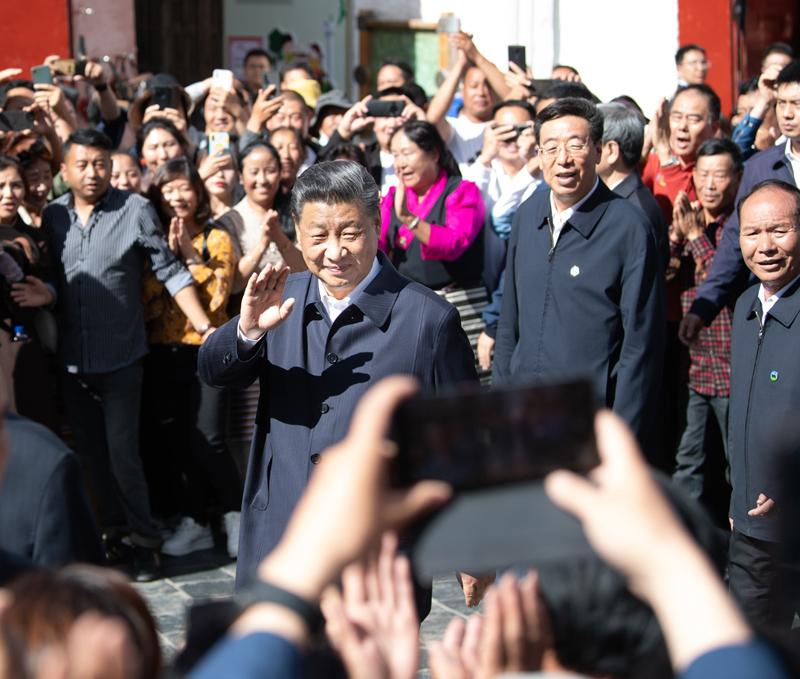 7月21日至23日,中共中央总书记、国家主席、中央军委主席习近平来到西藏,:匚鞑睾推浇夥70周年,看望慰问西藏各族干部群众。这是22日下午,习近平在考察位于拉萨市老城区的八廓街时,向各族群众挥手致意。新华社记者 申宏 摄