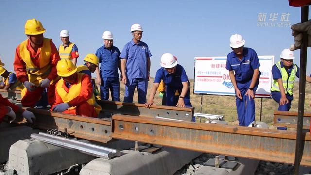 """新华全媒+ 铺轨完成!世界首条环沙漠铁路线正式""""闭环"""""""