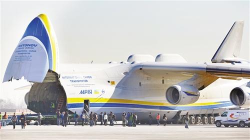 """重的中国造有轨电车由世界最大货运飞机""""空中巨无霸""""安-225运输机搭载"""