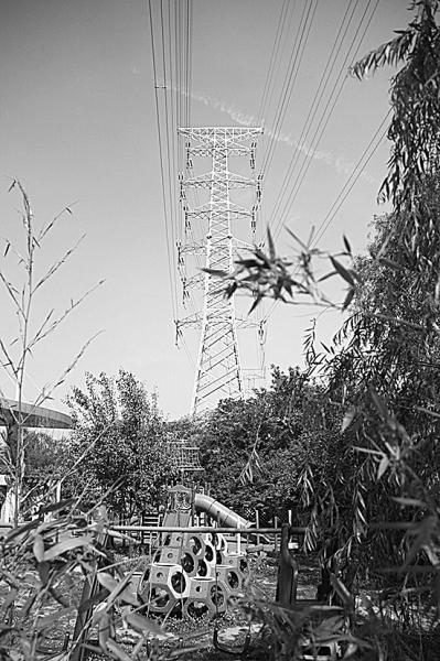 险!幼儿园头顶架起高压线塔