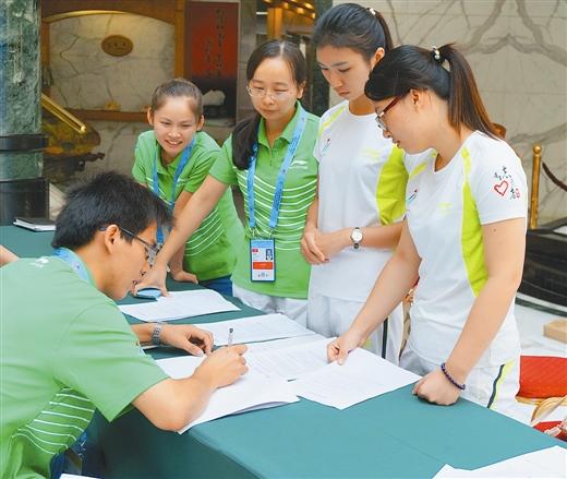 者设计制作了五色手环,体操徽章和志愿彩,对达到一定服务时长的志愿者