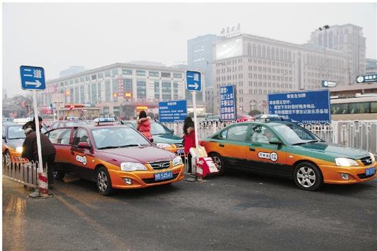 北京市自2015年1月15日起取消出租车燃油附加费每运次1元,出租车运价中不再含有燃油附加费。1月15日至1月21日定为过渡期,期间新旧燃油附加费政策并行,1月22日全部完成北京市出租汽车计价器调整工作,所有出租汽车运价中不再含有燃油附加费。 新华社发 刘宪国 摄