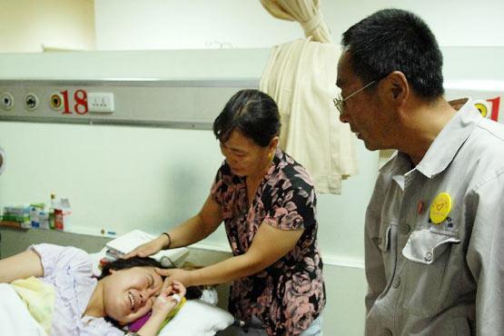 8月11日,郭明义(右一)在沈阳市中国医科大学附属第一医院看望患病女大学生尤佳。新华社记者潘昱龙摄