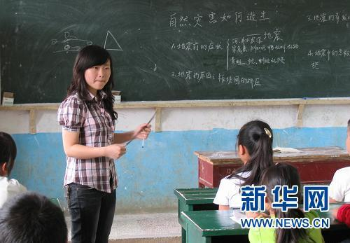 20-year-old Zhao Xiaoting voluntarily teaches local primary school students in a mountainous village in Guizhou Province.