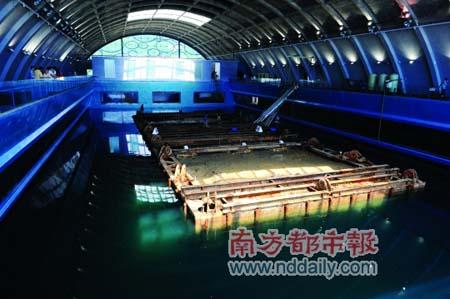 Nanhai No.1 was immersed in a sealed glass container in a huge pool at the museum on Sep 27.()