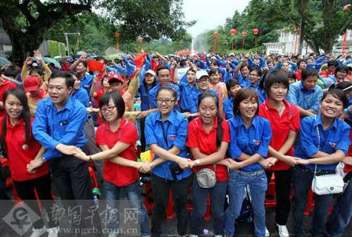 Chinese and Vietnamese young people kicked off a celebration of friendship in Southwest China's Guangxi Zhuang Autonomous Region on Wednesday.