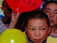 Les enfants tibétains passent la journée des enfants à l'hôpital