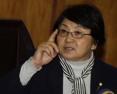 Opposition leader Roza Otunbayeva gesture during a news conference in Bishkek, Kyrgyzstan, Thursday, April 8, 2010. (AP Photo/Sergei Grits)