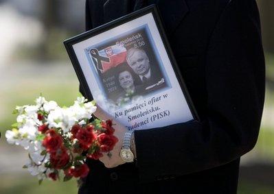 AmournercarriesatributetothePolishPresidentLechKaczynskiuponarrivingataceremonyattheKatynmemorialinTorontoonSunday,April11,2010.Theceremony,initiallyorganizedtomarkthe70thanniversaryoftheKatynmassacre,wasdominatedbyremembranceforthePolishPresidentLechKaczynskiwhodiedalongside95otherpassengersaftertheirplanecrashedinSmolensk,RussiaonSaturday.(APPhoto/TheCanadianPress,ChrisYoung)