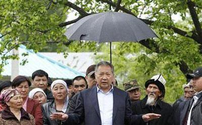 Kyrgyz President Kurmanbek Bakiyev (C) talks to his supporters in Teyyit April 15, 2010. REUTERS/Denis Sinyakov