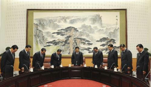 ChinesetopleadersHuJintao(C),WuBangguo(4thR),WenJiabao(4thL),JiaQinglin(3rdR),LiChangchun(3rdL),XiJinping(2ndR),LiKeqiang(2ndL),HeGuoqiang(1stR)andZhouYongkang(1stL),mournforthevictimsofYushuearthquake,duringthestartofthemeetingoftheStandingCommitteemembersofthePoliticalBureauoftheCommunistPartyofChinaCentralCommittee,inBeijing,capitalofChina,April21,2010.(Xinhua/LiXueren)