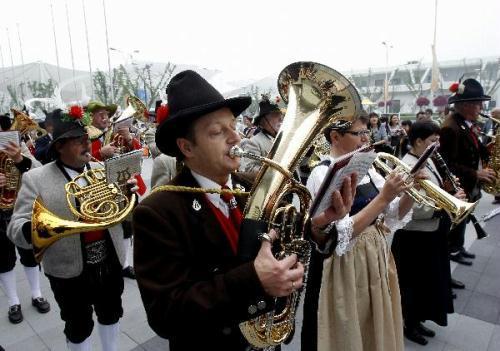 BandsmenperformduringanactivitycelebratingtheNationalPavilionDayforAustria,intheWorldExpoparkinShanghai,eastChina,May21,2010.(Xinhua/LiuYing)
