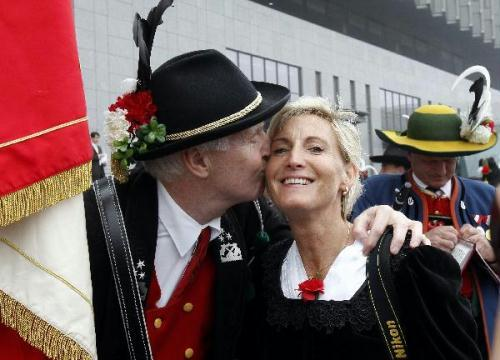 A bandsman kisses a lady during an activity celebrating the National Pavilion Day for Austria, in the World Expo park in Shanghai, east China, May 21, 2010. (Xinhua/Liu Ying)