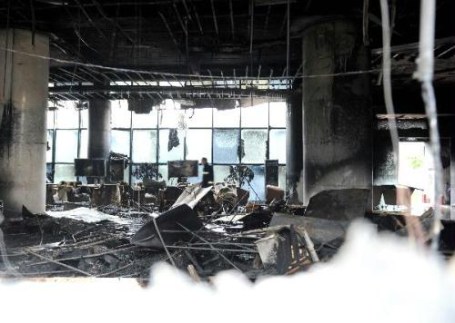 Photo taken on Aug. 28, 2010 shows the fire-damaged building in Shenyang, northeast China's Liaoning Province. At least 10 people were dead or injured in a fire that seized a real estate project in Shenyang Saturday afternoon, Xinhua learned from fire fighters at the scene. (Xinhua/Li Gang)