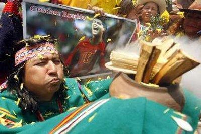 AshamanperformsduringaritualofpredictionsforthenewyearwithapictureofPortuguesesoccerplayerCristianoRonaldoinLimaDecember28,2009.REUTERS/EnriqueCastro-Mendivil
