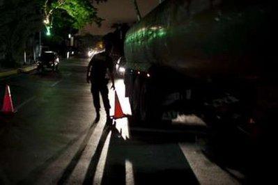 PoliceofficerscontroltrafficduringapartialblackoutinCaracasJanuary13,2010.OfficialsannouncedthenationwideelectricityrationinglastingatleastuntilMayonTuesdayandsaidevenschoolsandsmallhealthclinicswouldbeaffectedinSouthAmerica'stopoilexporter.REUTERS/CarlosGarciaRawlins