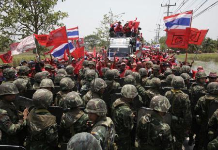 "Anti-government""redshirt""protestersfightwitharmysoldiersatThaicomTeleportontheoutskirtsofBangkokinPathumThaniprovinceApril9,2010.(Xinhua/ReutersPhoto)"
