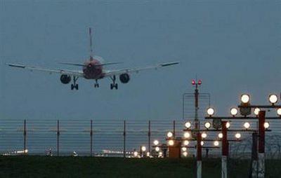 AnAirBerlinplanelandsatTegelairportinBerlinafteritwaspartlyopenedtotraffic,April20,2010.REUTERS/ThomasPeter