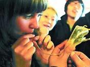 Иностранные послы надувают фигуры из сахара в одной из пекинских чайных