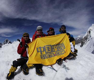 登顶Lobuche峰 右后为珠峰