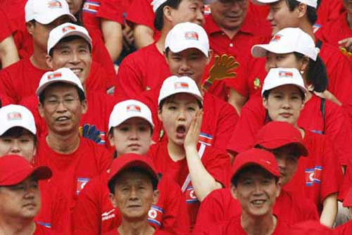 美女球迷为朝鲜队加油