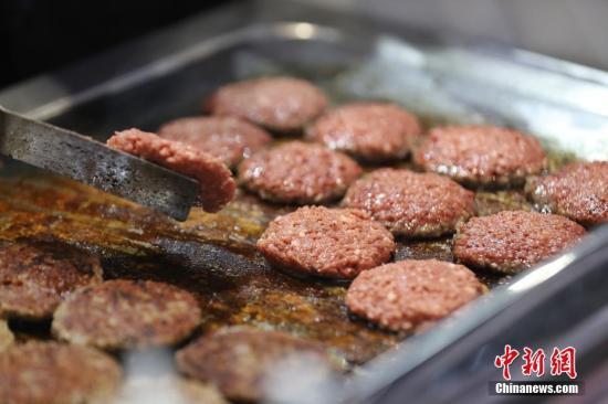 资料图:由美国Impossible食品公司带来的一款人造肉汉堡亮相进博会。中新社记者 张亨伟 摄