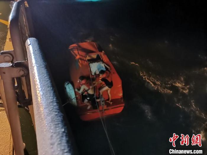 一货船在琼州海峡翻沉10人遇险已搜获6人
