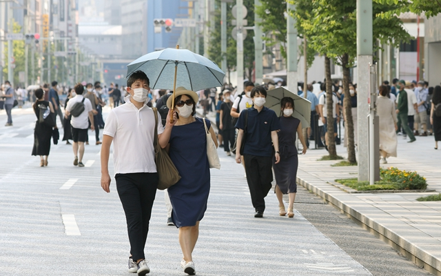在东京银座街头的行人。新华社资料