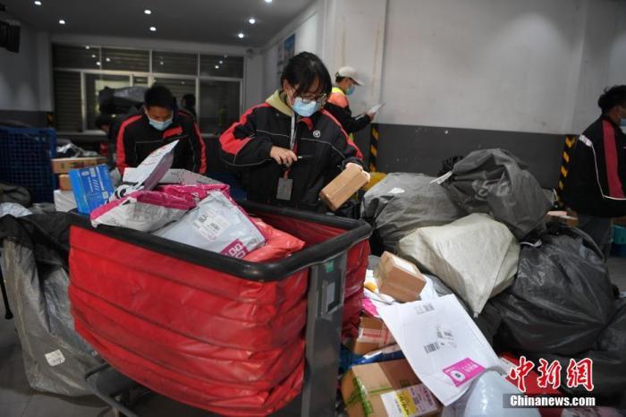 """""""双11""""收废品大妈一天收800斤纸箱,推动快递绿色包装还要走多久?"""
