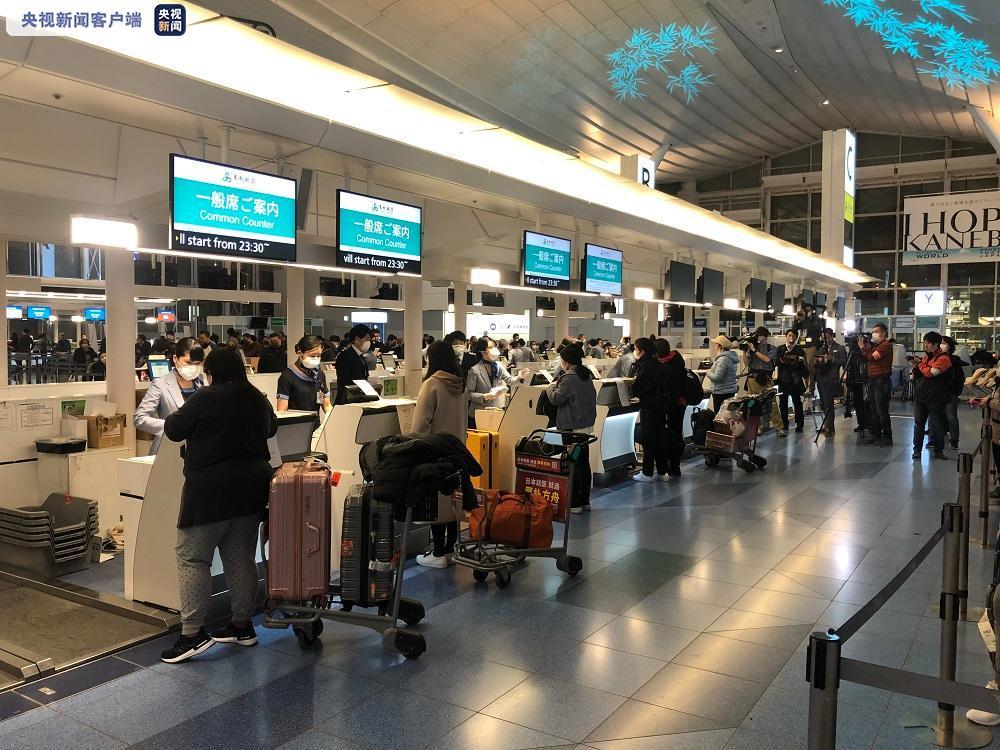 100多名因疫情滞留日本的湖北游客乘包机回国
