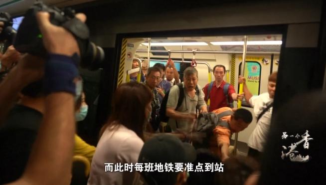 """香港之亂丨堵塞交通、打砸設施、毆傷市民……暴力陰影下香港淪為""""死城"""""""