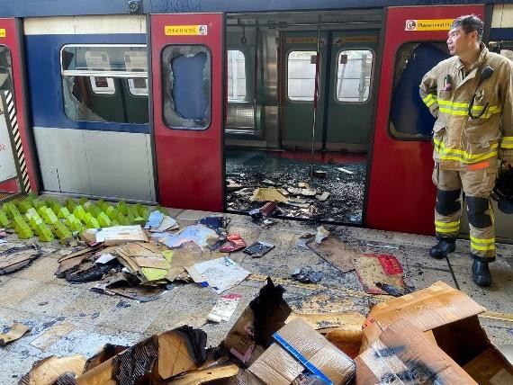 暴徒大肆破壞港鐵致多條線路受影響 港警發出警告